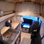 ผู้หญิงคนนี้เปลี่ยนรถตู้ให้เป็นบ้านพลังแสงอาทิตย์ที่น่าอยู่ด้วยตัวเธอเอง (วิดีโอ)