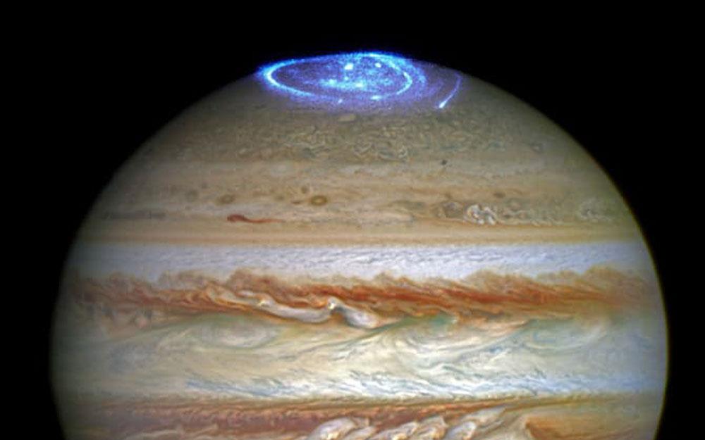 กล้องฮับเบิลจับภาพแสงออโรราขนาดใหญ่กว่าโลกที่ขั้วเหนือของดาวพฤหัสบดี
