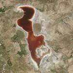 ทะเลสาบสีเลือด! ทะเลสาบใหญ่ของอิหร่านเปลี่ยนสีจากสีเขียวเป็นสีแดง