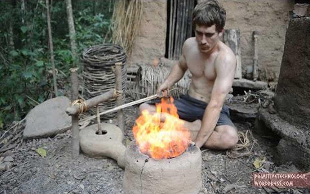 ผู้ชายคนนี้สร้างเครื่องเป่าลมสำหรับหลอมเหล็ก โดยใช้แค่วัสดุจากในป่า