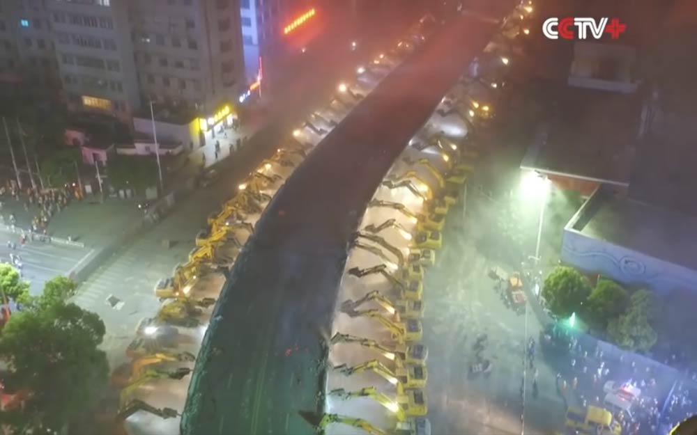 รถแบคโฮ 116 คันเข้าแถวช่วยกันทุบสะพานยาว 500 เมตรเสร็จภายในคืนเดียว
