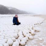 มาจากไหน? ก้อนหิมะกลมโตหลายพันก้อนจู่ๆก็โผล่ขึ้นเกลื่อนชายหาดไซบีเรีย