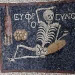 โมเสกเลื่องชื่อรูปโครงกระดูกอายุ 2,400 ปี เปิดตัวครั้งแรกในกรุงปารีส