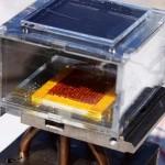 นักวิจัยสร้างอุปกรณ์ผลิตน้ำดื่มจากอากาศแห้งโดยใช้พลังงานแสงอาทิตย์สำเร็จ