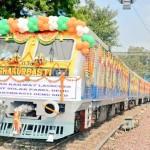 อินเดียเริ่มใช้รถไฟที่ติดตั้งแผงโซลาร์เซลล์บนหลังคาเป็นขบวนแรกแล้ว