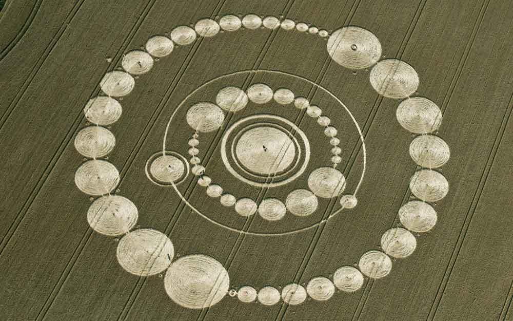 Crop Circles วงกลมปริศนากลางท้องทุ่งเกิดจากอะไรหรือฝีมือของใครกันแน่?