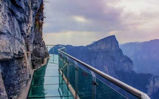 ตื่นเต้นหวาดเสียวกับทางเดินลอยฟ้าในจีนที่พื้นกระจกแตกร้าวทุกก้าวย่างของคุณ