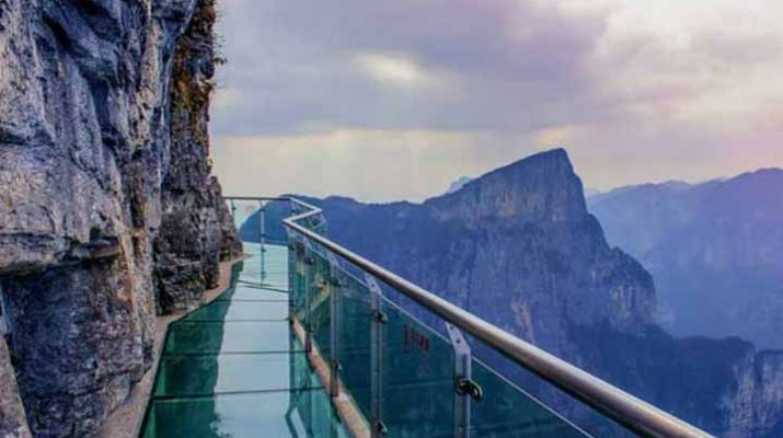 fake-glass-crack-skywalk-1