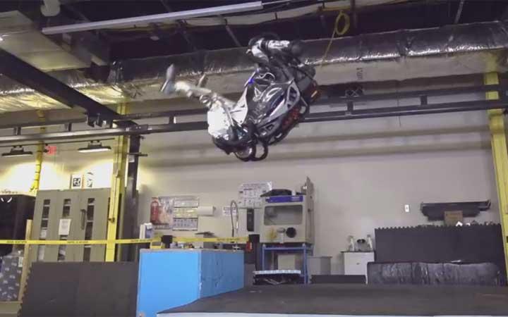 หุ่นยนต์เลียนแบบมนุษย์ก้าวหน้าถึงขั้นทำ 'ลังกาหลัง' แบบนักยิมนาสติกได้แล้ว