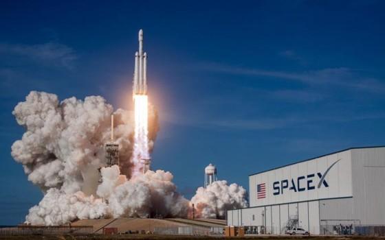 SpaceX ปล่อยจรวดที่มีขนาดใหญ่ที่สุดในโลกขึ้นสู่อวกาศได้สำเร็จ