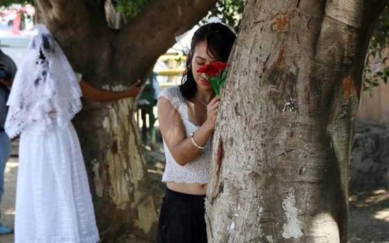 ผู้หญิงเม็กซิโกแต่งงานกับต้นไม้! เธอไม่ได้เพี้ยนแต่มีเป้าหมายยิ่งใหญ่