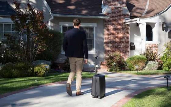'กระเป๋าเดินทางอัจฉริยะ' วิ่งตามเจ้าของได้เอง ไม่ต้องกลัวหาย แถมเป็นแบตสำรองในตัว