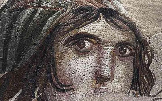 """ชิ้นส่วนที่หายไปของโมเสกโบราณ """"Gipsy Girl"""" ถูกส่งกลับคืนถึงประเทศตุรกีแล้ว"""