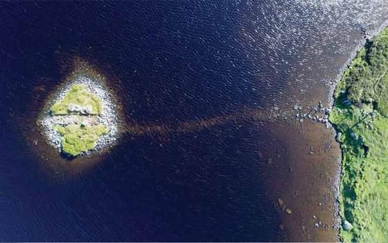 Crannog เกาะเล็กๆในทะเลสาบสกอตแลนด์ถูกสร้างมาก่อน 'สโตนเฮนจ์' หลายร้อยปี