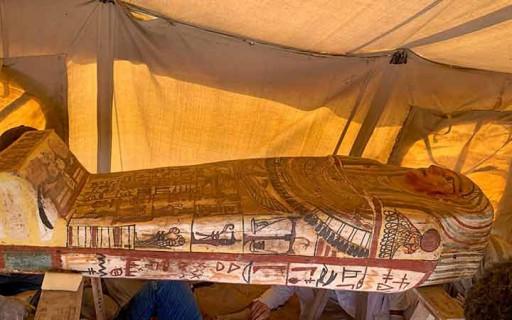 พบโลงศพมัมมี่อายุ 2,500 ปีที่พีระมิดดังในอียิปต์ครั้งใหญ่จำนวน 27 โลง